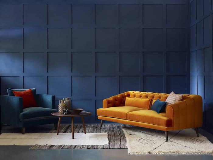 wand streichen ideen wohnzimmer, dunkelblaue wand, deisgner einrichtung, gelbes samt sofa