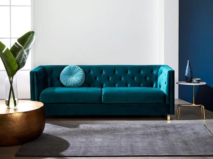wand streichen ideen, wohnzimmer einrichten, designer sofa aus samt, runder dekokissen, goldener tisch
