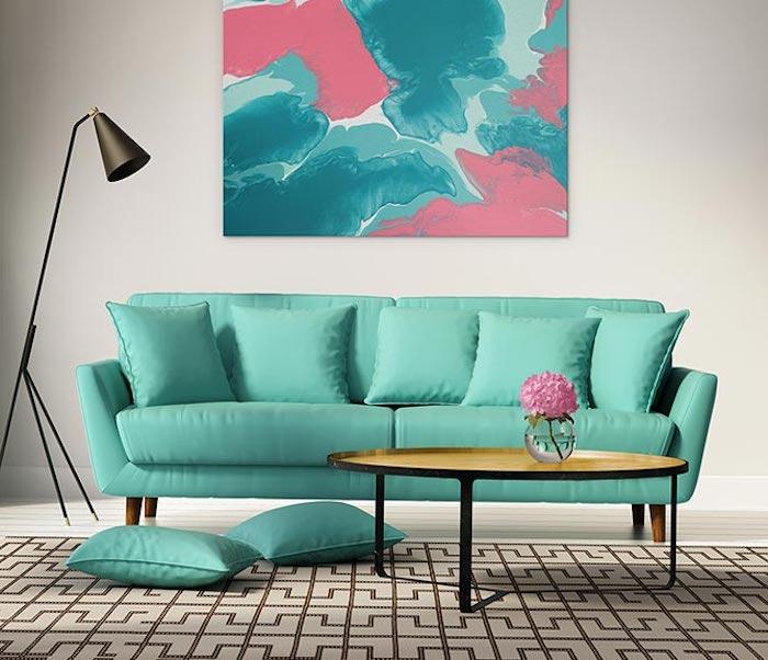 wand streichen ideen wohnzimmer, runder goldener tisch, mintfarbenes sofa, hohe lampe
