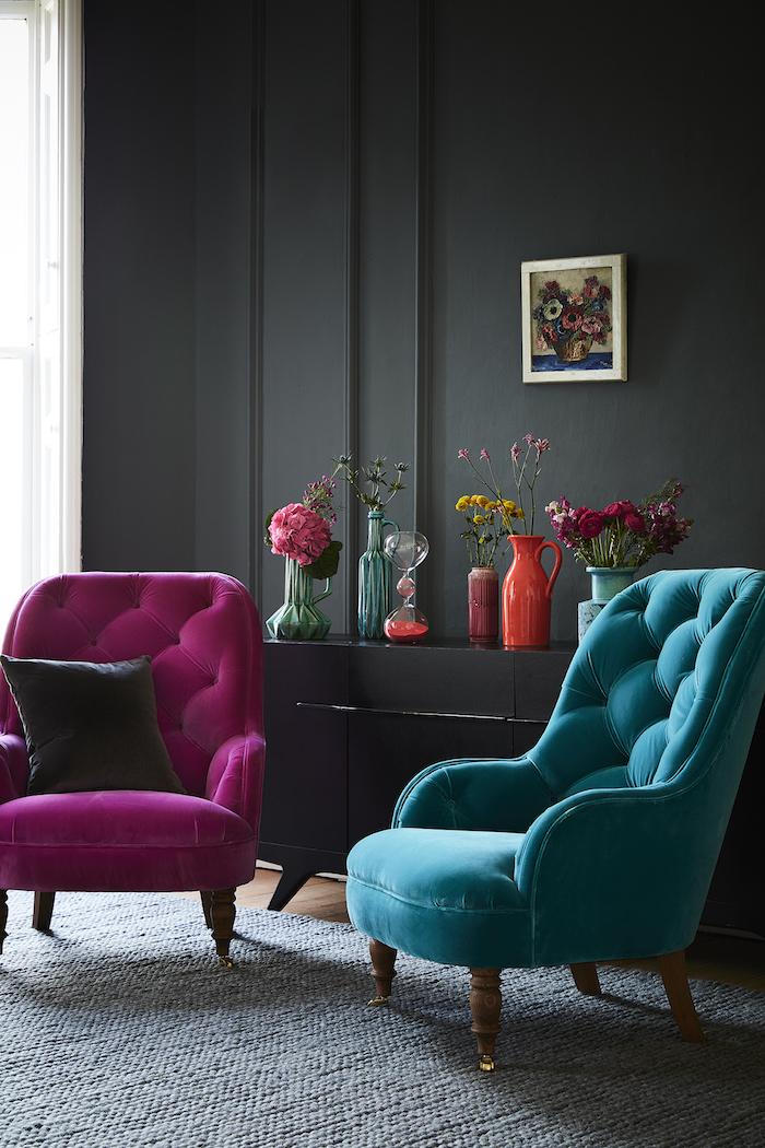 wand streichen ideen wohnzimmer, knallrosa und türkisfarbener sessel, dunkelgraue wand