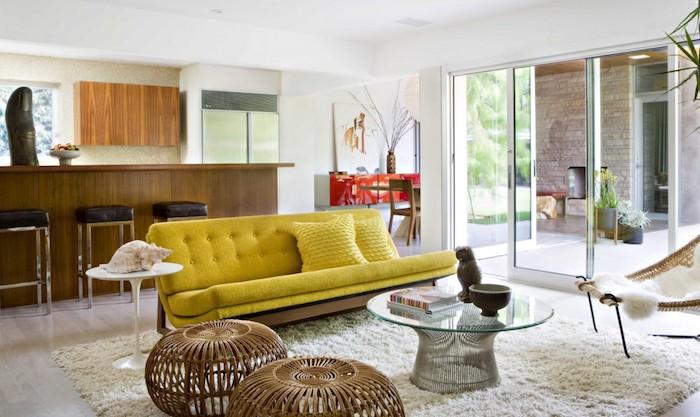 wandfarben ideen wohnzimmer und küche, gelbes sofa, geflochtene hocker, flauschiger teppich