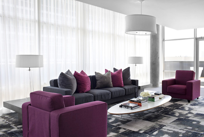 Wandfarben Ideen Wohnzimmer, Weißer Kaffeetisch, Lila Sessel, Seitzmöbel