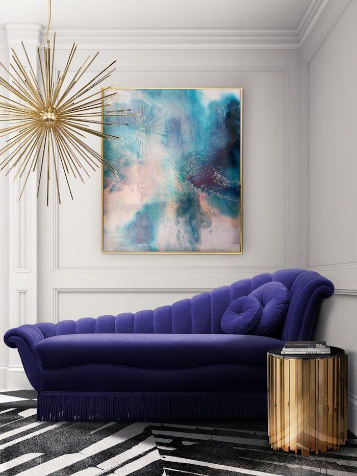 wandfarben ideen wohnzimmer, lila lesesessel, deisgner möbel, lila samt, goldene dekorationen
