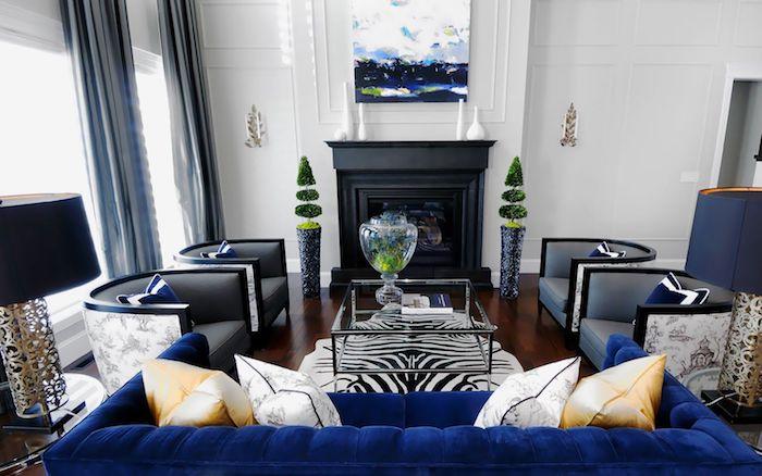wandfarben ideen wohnzimmer in weiß und dunkelblau, samt sofa, schwarzer kamin, teppich mit zebra muster