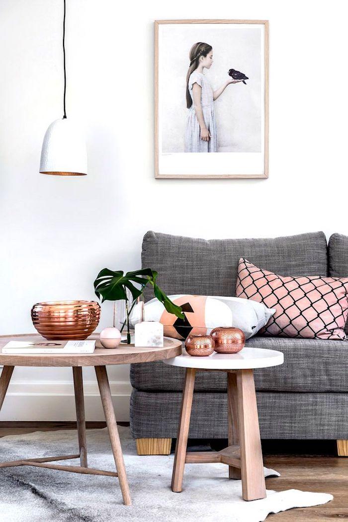 wandfarben ideen wohnzimmer, weiße hängende lampe, dekorationen in rosegold, runde tische