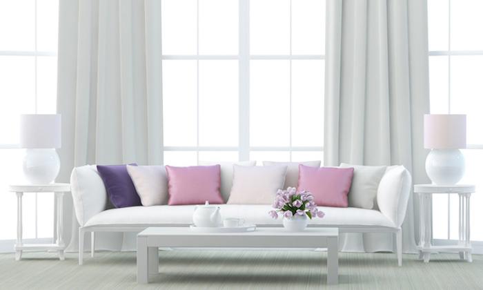 möbel und wandfarben ideen wohnzimmer, lila und rosa dekokissen, weiße vorhänge