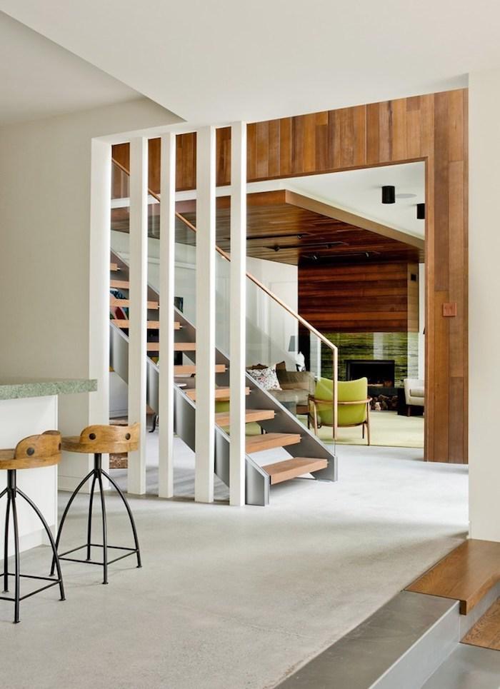 wohnzimmer gestalten ideen, weißer boden, wandgestaltung, weiße säulen, treppe, grüne sessel