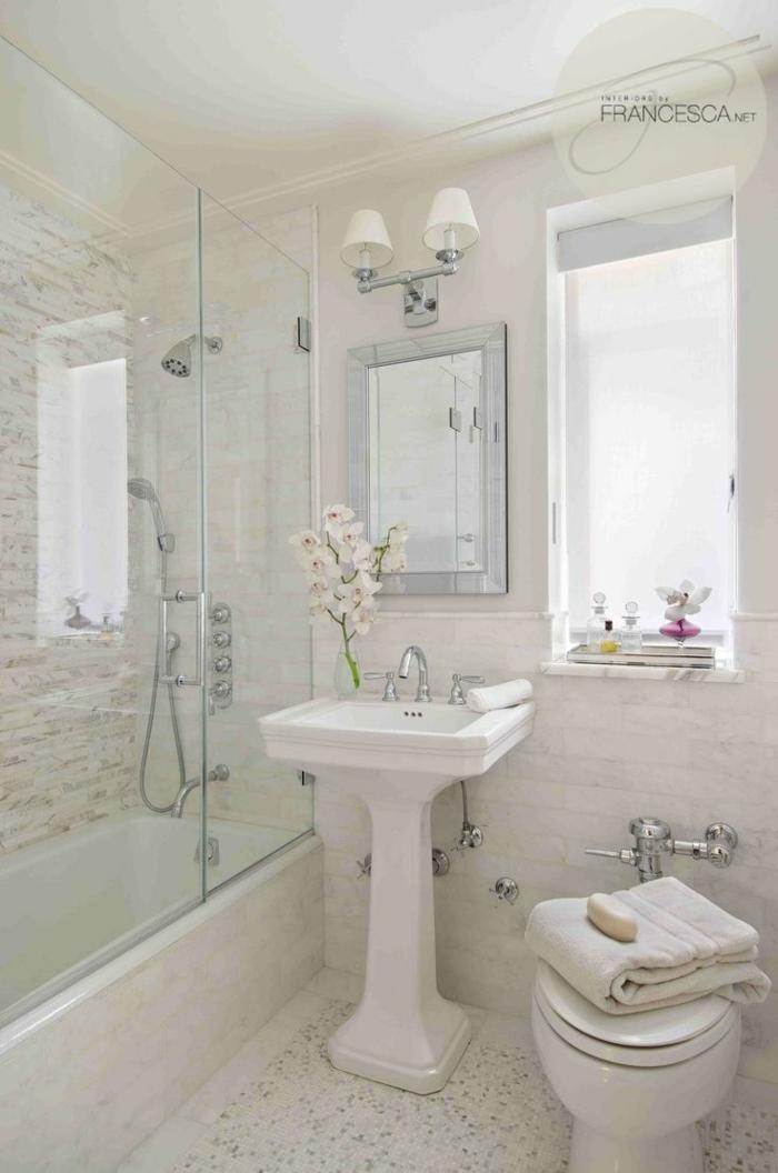 Badezimmer in beiger Farbe, ein weißer Waschbecken, Glaswand zu der Badewanne, Badezimmer einrichten