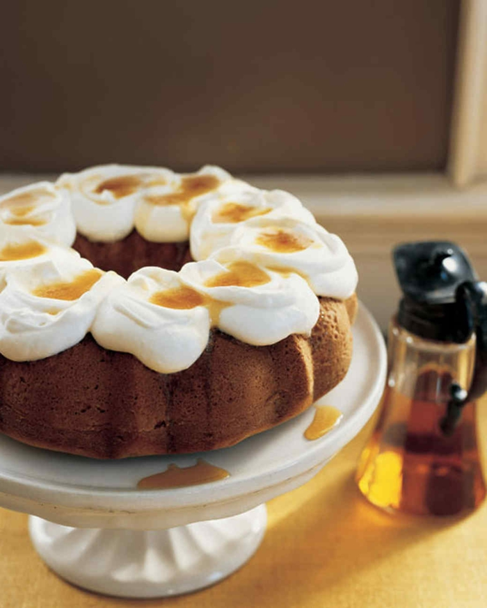 einfache Kuchenrezepte, runder Kuchen mit weißer Creme und Honig Glasur