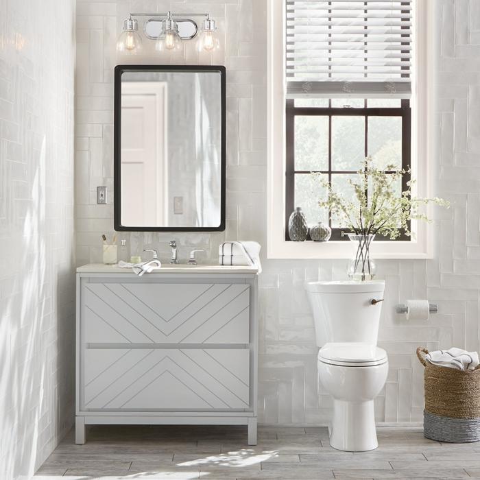 weiße Fliesen an den Wänden, graue Fliesen am Boden, narürliches Licht durch Rollos, Badezimmer einrichten