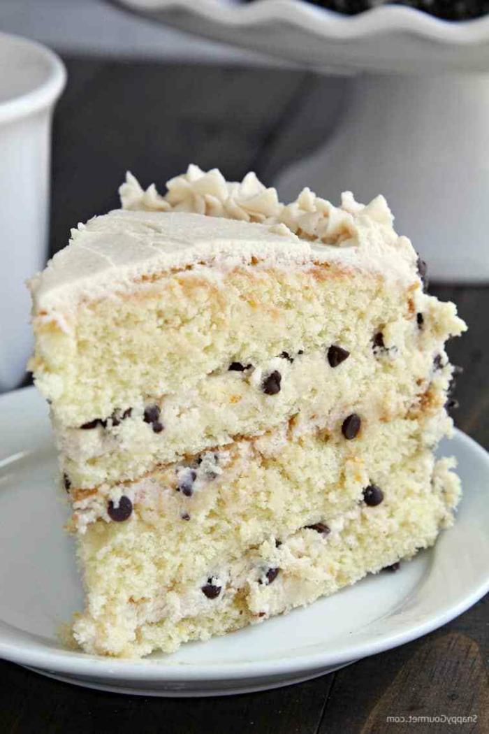 weiße Torte mit Schokoladenkrümel, weiße Creme, Zitronenteig Boden, einfache Kuchenrezepte