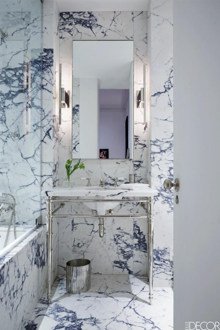 ein kleines Bad mit bunte Marmor Verkleidung, ein Spiegel ohne Rahmen, Badezimmer einrichten