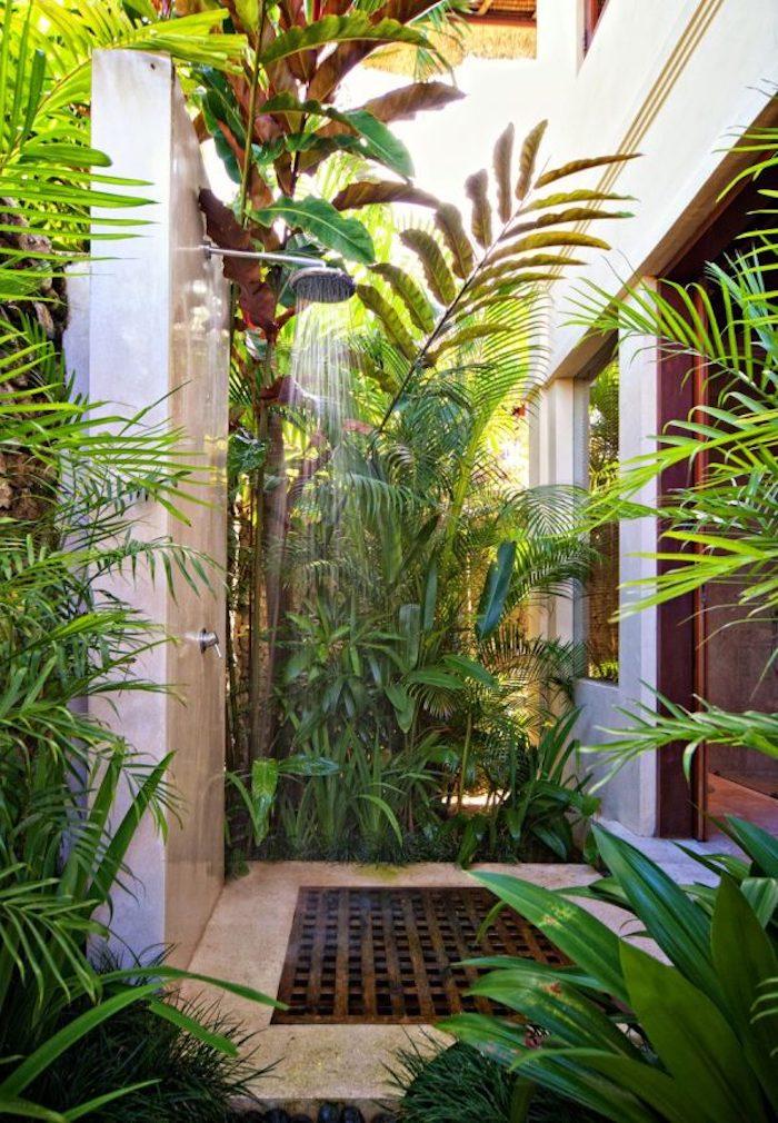 haus mit einem garten mit vielen grünen pflanzen und blättern, eine gartendusche bauen ideen, sichtschutz für gartendusche