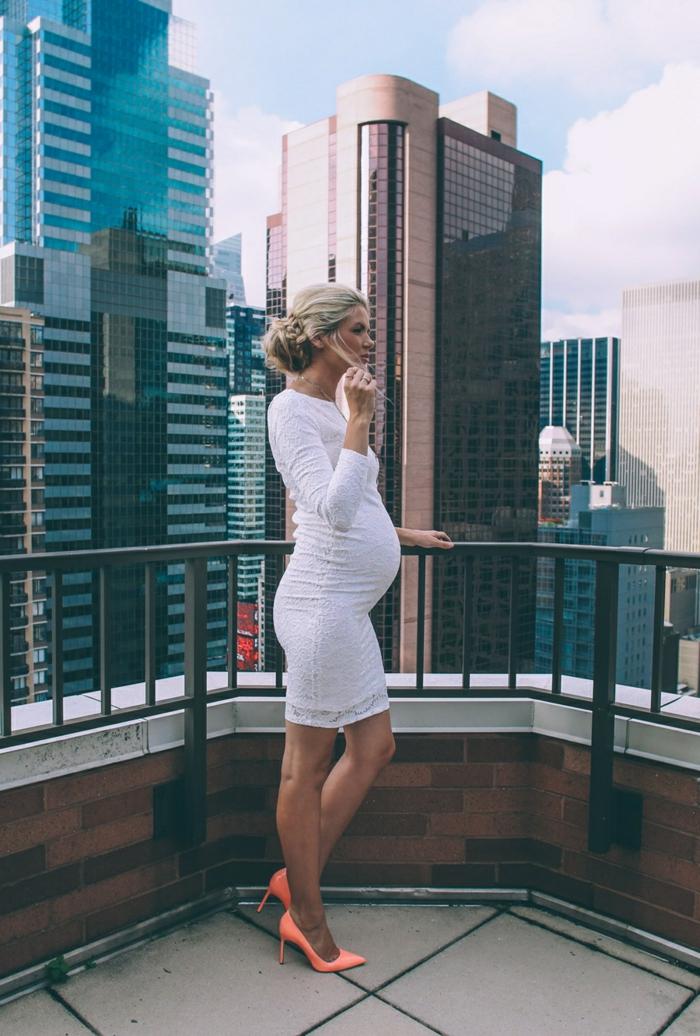 Umstandskleider Hochzeit, weißes Kleid, rosa Schuhe, Braut mit blonden Haar und Hochsteckfrisur