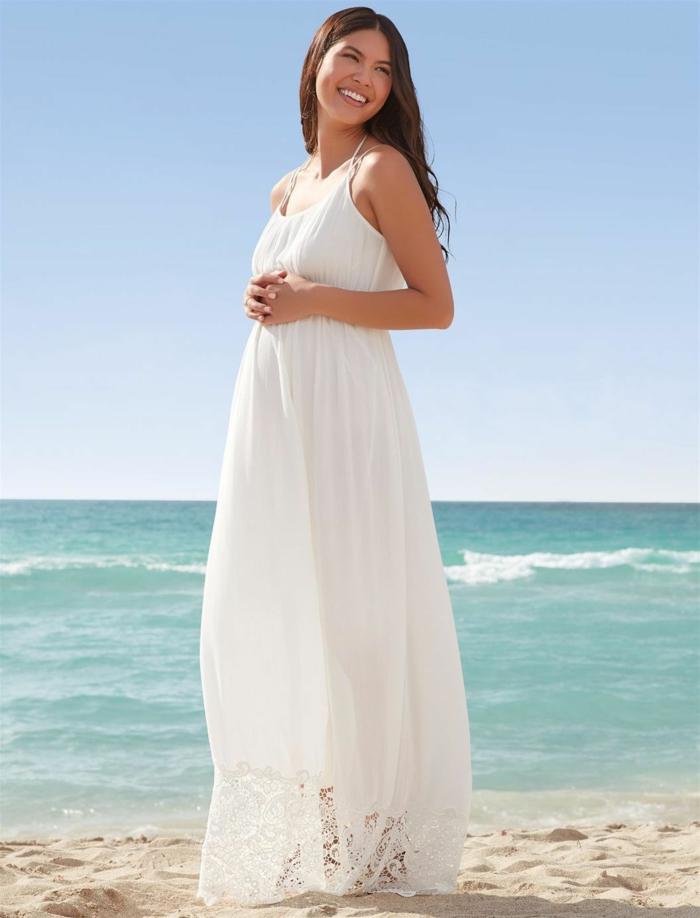 ein weißes Kleid für Schwangere für Hochzeit an der Meerküste, Schwangerschaftskleider festlich