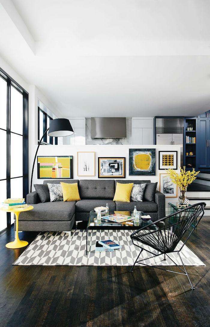 welche farbe passt zu grau, gelbe dekokissen, viele bilder, boden aus dunklem holz