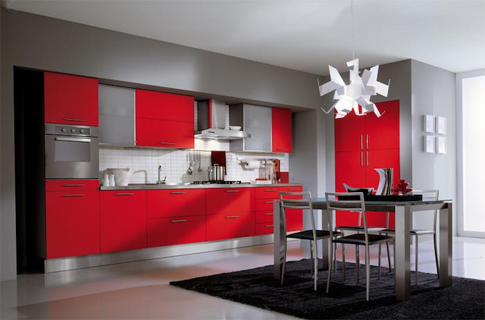welche farbe passt zu rot, küche einrichten, graue wände, weiße pendelleuchte, schwarzer teppich