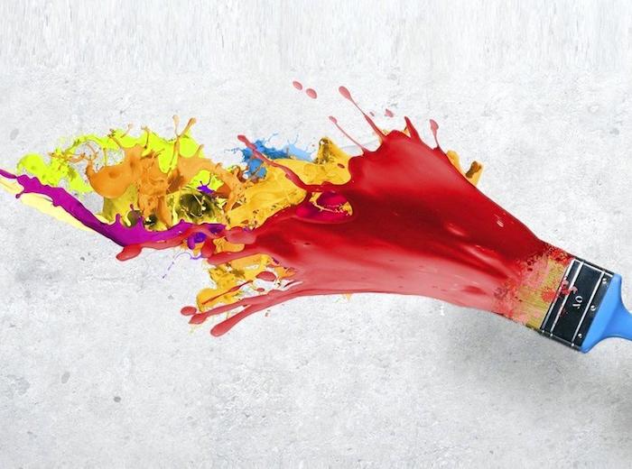 welche farben passt zu rot, blauer farbpinsel, farben mischen, wand streichen