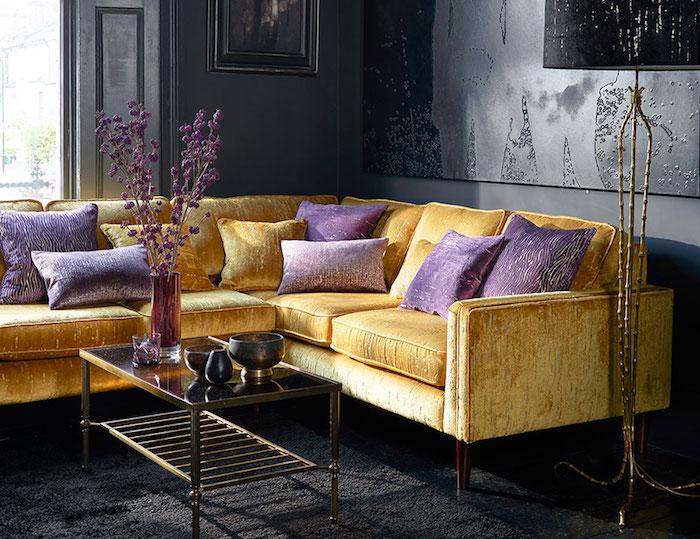 welche farben passen zusammen, gelbgoldenes sofa dekoriert mit lila dekokissen