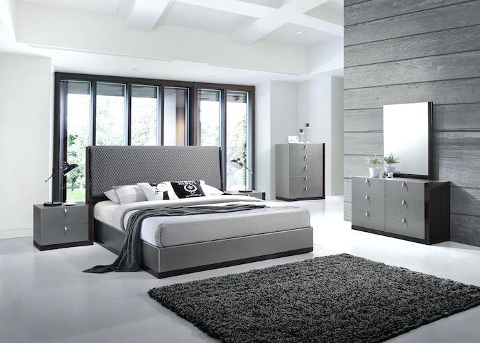 einrichtung in grau und weiß, wohnideen schlafzimmer, flauschiger teppich, schrank mit spiegel