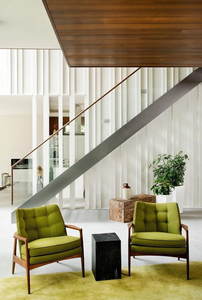 grüne deko im wohnzimmer gestalten, sessel und teppich, treppe zum nächsten stock