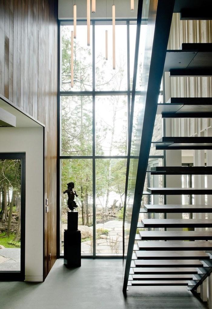 glaswand und fenster als wandgestaltung wohnzimmer, statue deko idee im flur, treppe hinauf