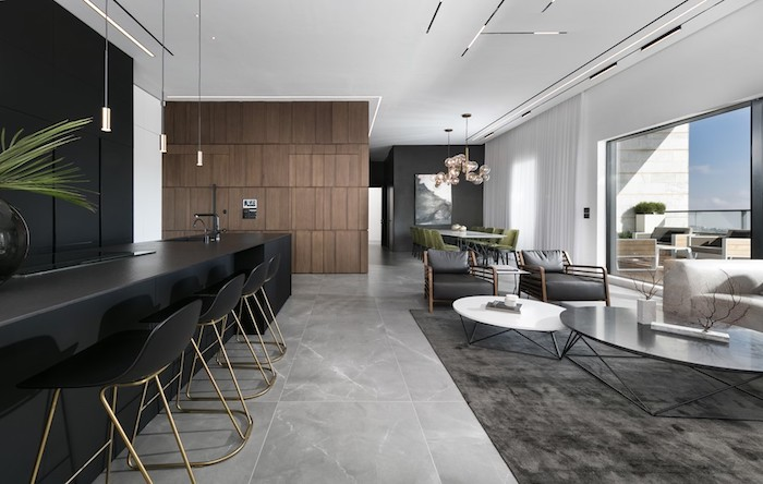 eine idee für moderne wohnzimmer, schwarze küche mit hohen stühlen, wohnraum, sofa, glastisch, sessel, esszimmer, essbereich