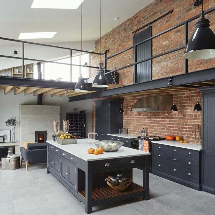 eine Küche in Altbau mit blauen Schubladen, blaue Pendelleuchten, Betonboden Wohnbereich