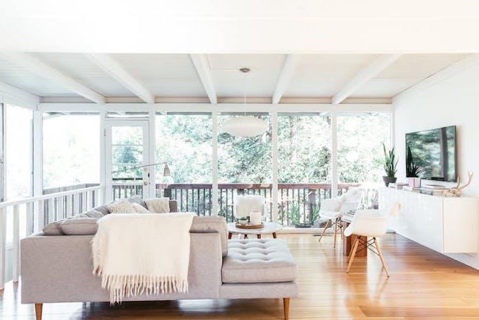weißes wohnzimmer einrichten, sofa groß und bequem, weiße decke, große terrasse
