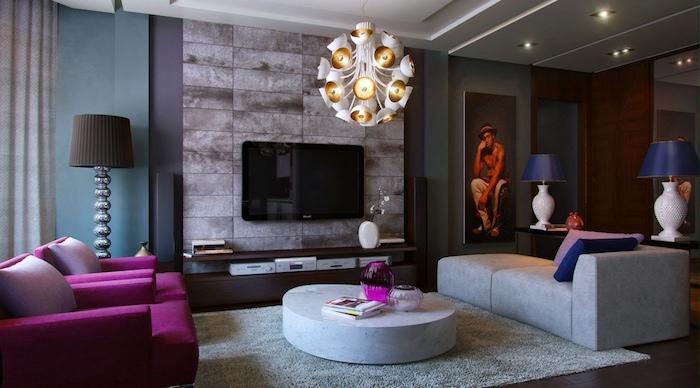bilder wohnzimmer ideen, fernsehwand, lüster, runder tisch, sessel grau und lila, großes bild mit einem mann