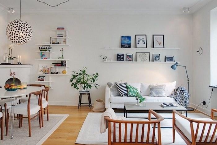 weißes wohnzimmer mit bunten dekorationen verzieren viele bilder an der wand
