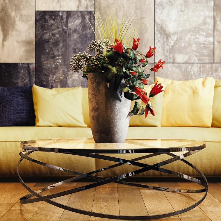 die dekoration in einem wohnzimmer modern, gelbes sofa als akzent im raum, deko auf dem tisch eine große vase mit frischen roten und grünen blumen