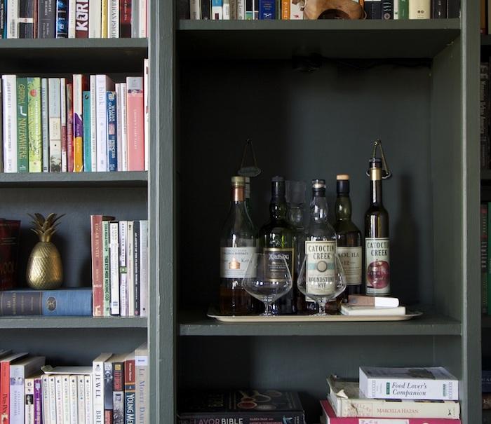 kreative idee bei der dekoration im wohnzimmer einrichten mit gutem geschmack und nach eigenen vorlieben, bücher, deko, flaschen aus glas