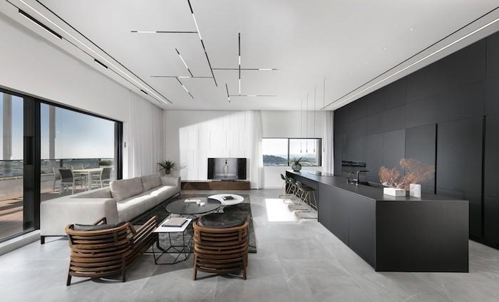 moderne wohnzimmer ideen in eleganten stil, weißer marmorboden, schwarze möbel, graues sofa, fernseher an der wand