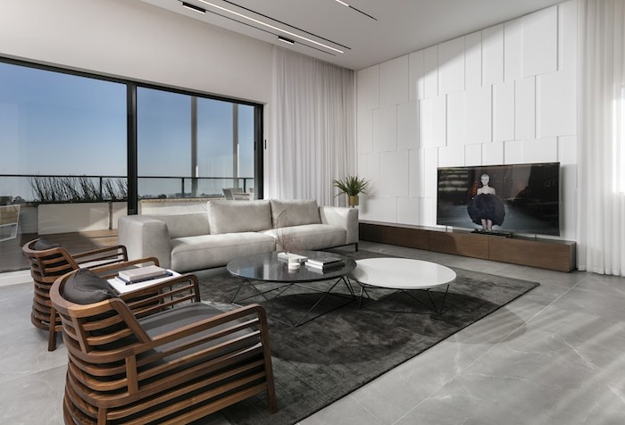 wandgestaltung wohnzimmer, glasfenster fernseher, weiß in verschiedenen motiven, holzsessel