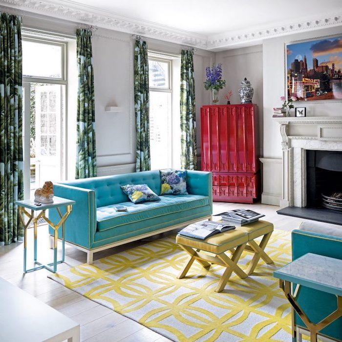 schöne wohnzimmer selber einrichten in bunten farben, blaues sofa, roter schrank, gelbe hocker und teppich, kamin