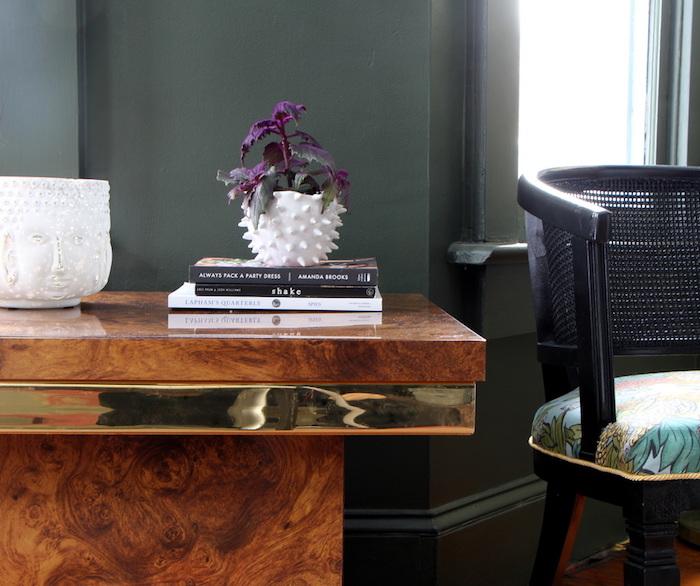 wohnzimmer einrichten und dekorieren, lila blume in weiße vase, holztisch, deko ideen