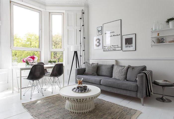 skandinavische möbel modern ideen zum gestalten, graues doppelsofa, weißer tisch mit zwei schwarzen stühlen