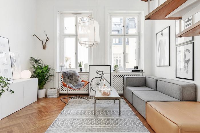 feine deko wohnzimmer modern, grüne pflanze, sofa, grau, beige, parkett, graues flauschiges fellteppich