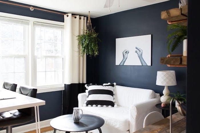 kreative wohnzimmer bilder modern, weißes bild mit zwei händen, weißer sessel mit einem kissen