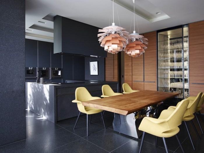 grauer hintergrund mit bunten möbeln und einrichtug im wohnraum, wohnideen wohnzimmer, gelbe stühle