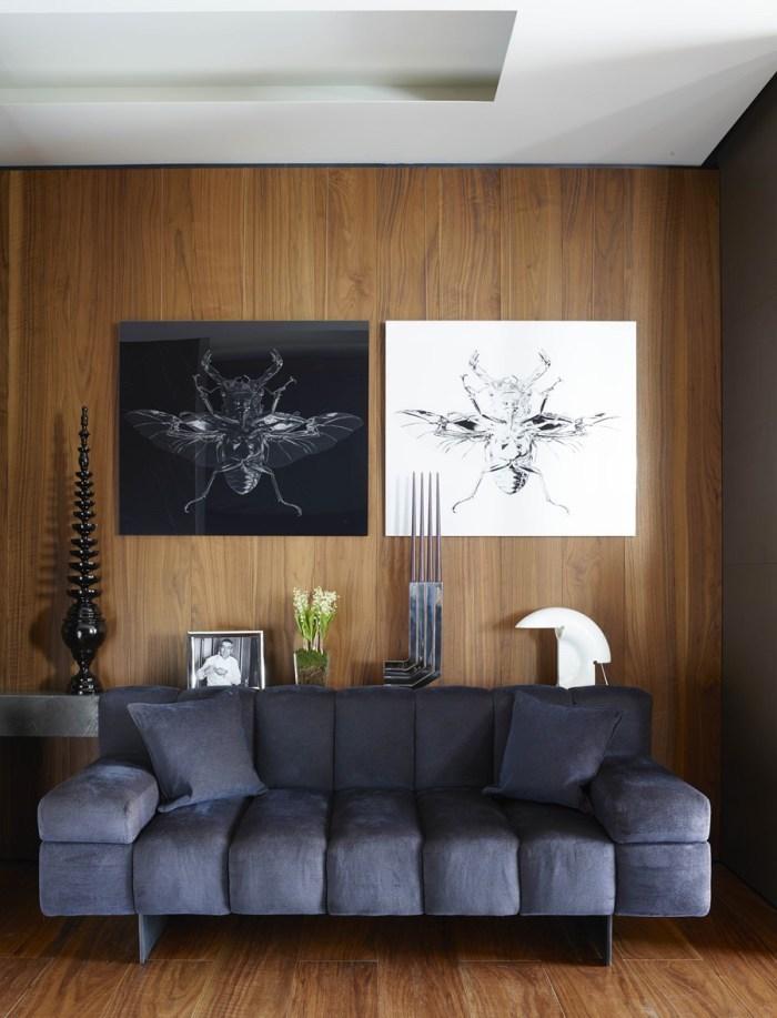 wohnideen wohnzimmer, zwei bilder in schwarz und weiß, mücken an der wand über ein graues sofa, dekorationen