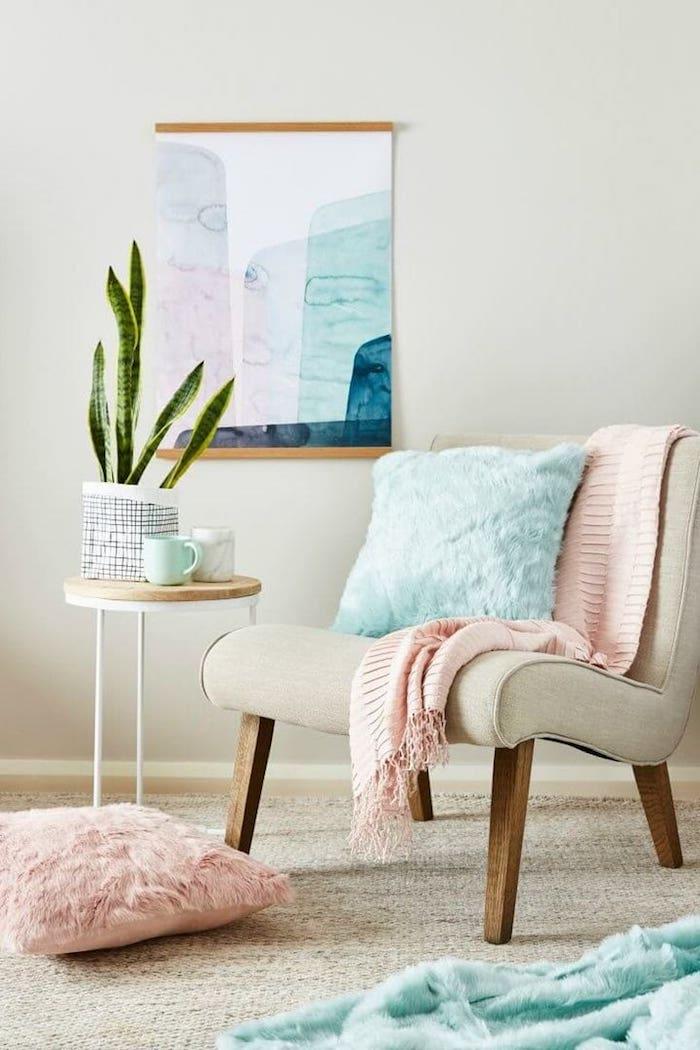 wohnzimmer wandfarbe, beige sessel dekoriert mit hellblauem dekokissen, grüne pflanze, dekoration