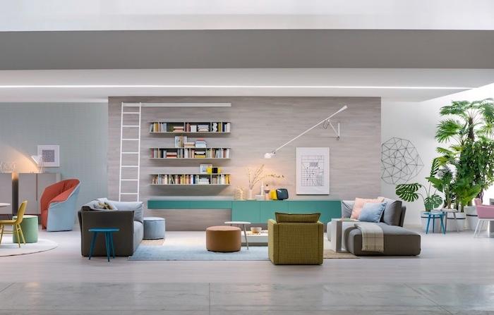 wohnzimmer wandfarbe, regale mit bücher, weißer leiter, blaer hocker aus holz, grüne pflanzen