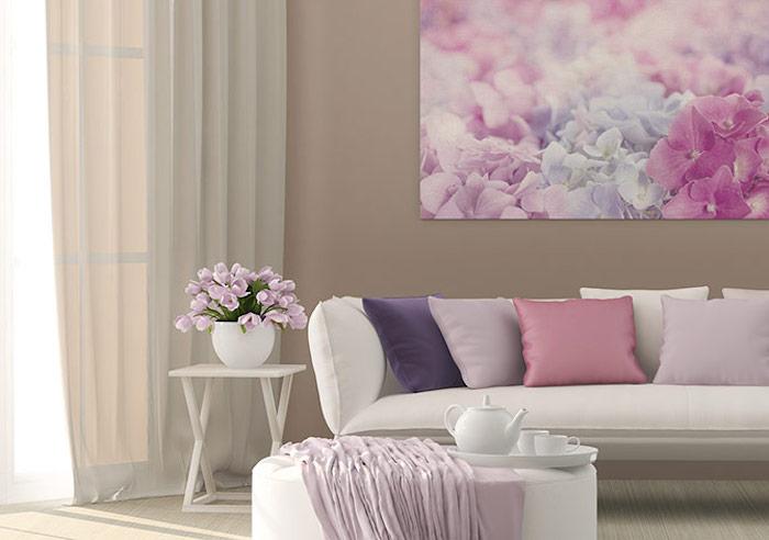 wohnzimmer wandfarbe, großes bild mit hortensien, weißer hocker tisch, lila tulpen, wohnzimmer deko