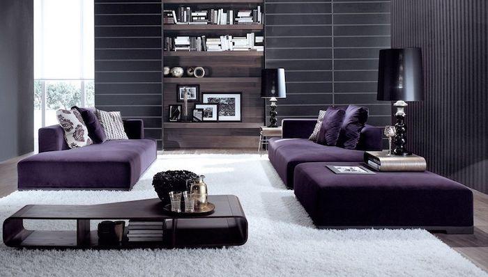 wohnzimmer wandfarbe, lila sitzmöbel, schwarze wände, weißer teppich, einrichtungsideen