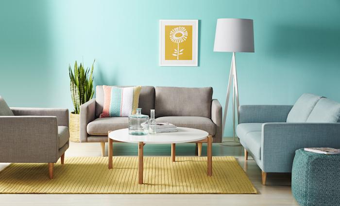 wohnzimmer wandfarbe, meerblaue wand, runde tisch mit kupferfarbenen beinen, sommer farbpalette