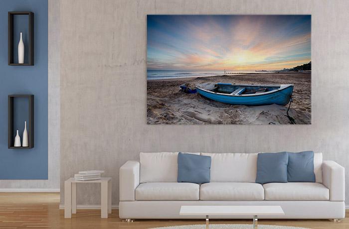 wohnzimmer wandfarbe, großes bild mit martitimem motiv, weißes sofa mit blaugrauen dekokissen