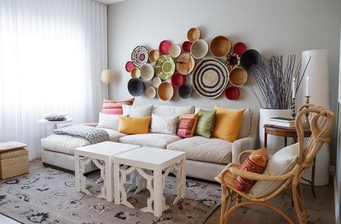 moderne dekorationen und einrichtungsideen wohnzimmer, weiße kaffeetische, bunte teller an der wand