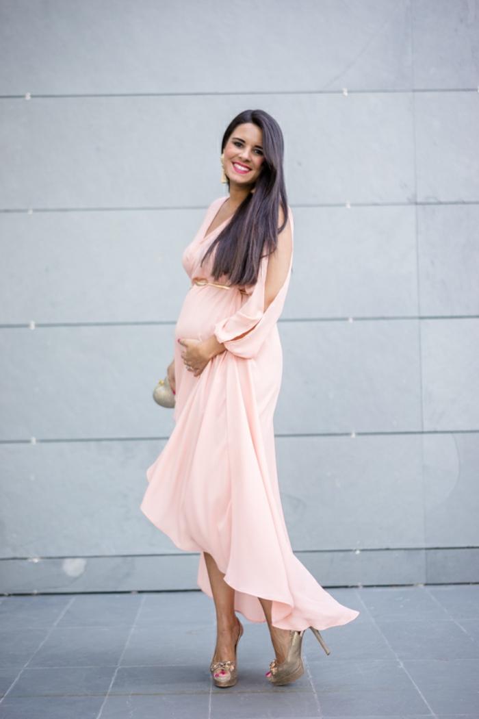 Umstandskleider Hochzeit, ein rosa Kleid mit Ärmel aus zwei Teilen, elegante Schuhe, kleine Damentasche